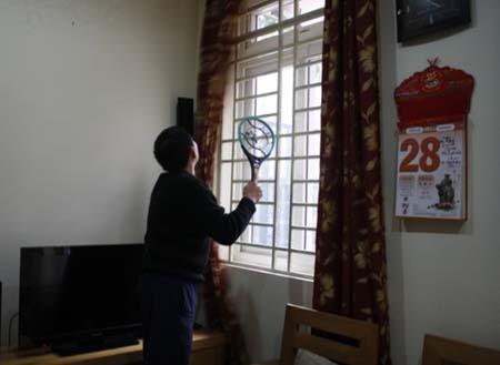 Người dân Tứ Liên sử dụng cả vợt điện lẫn lưới chống muỗi