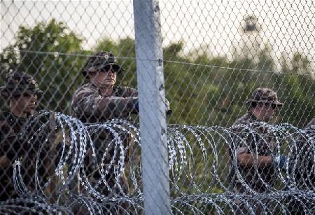 Dựng hàng rào ngăn chặn người nhập cư trái phép